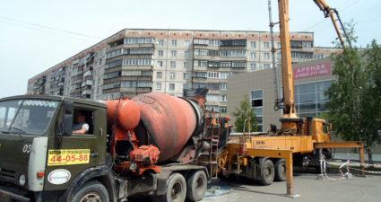 Заливка бетона миксером на строительной площадке